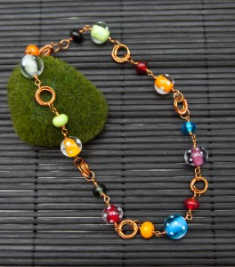 Kupferkette mit bunten Perlen